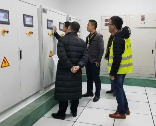 浩爽制冷工作人员正在检测冷库设备