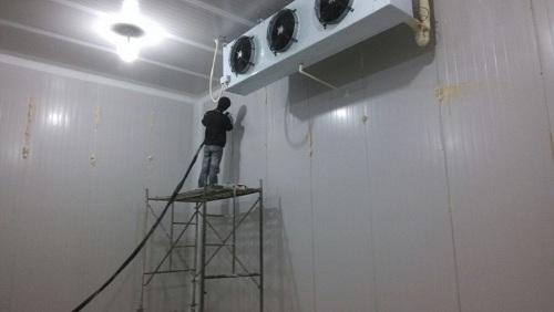 浩爽制冷工人正在安装冷风机