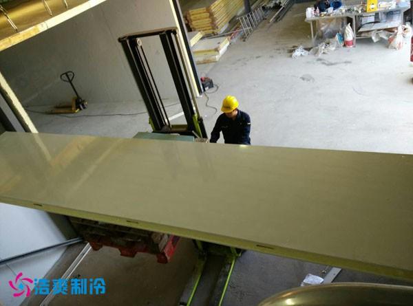浩爽的工程技术人员正在安装冷库板