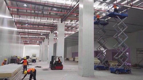 工人们正在对普通厂房进行冷库工程改造