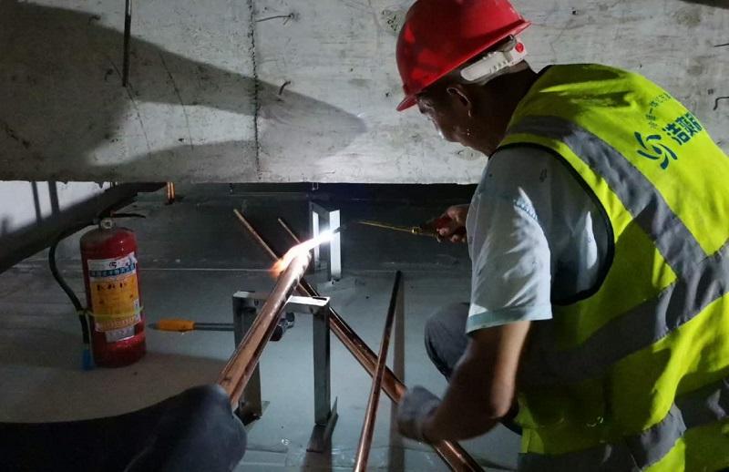 图为浩爽工人正在焊接铜管