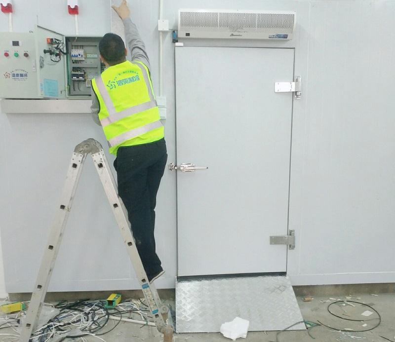 图为浩爽工人正在安装温度控制器