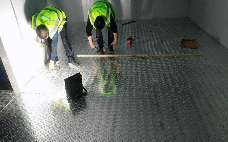 工人正在铺装防滑铝板