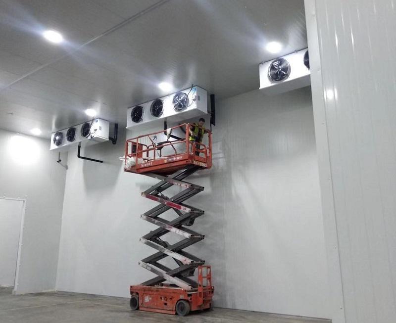 图为浩爽工人正在安装冷风机