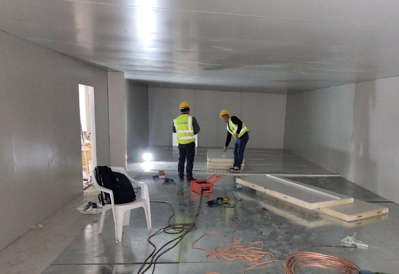 图为工人正在铺装防滑铝板