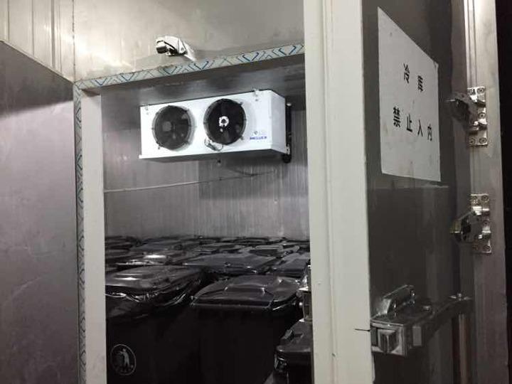 图为垃圾冷库内部实拍
