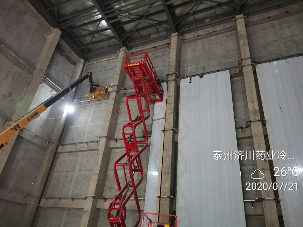 图为工人们正在割C型钢和焊支架