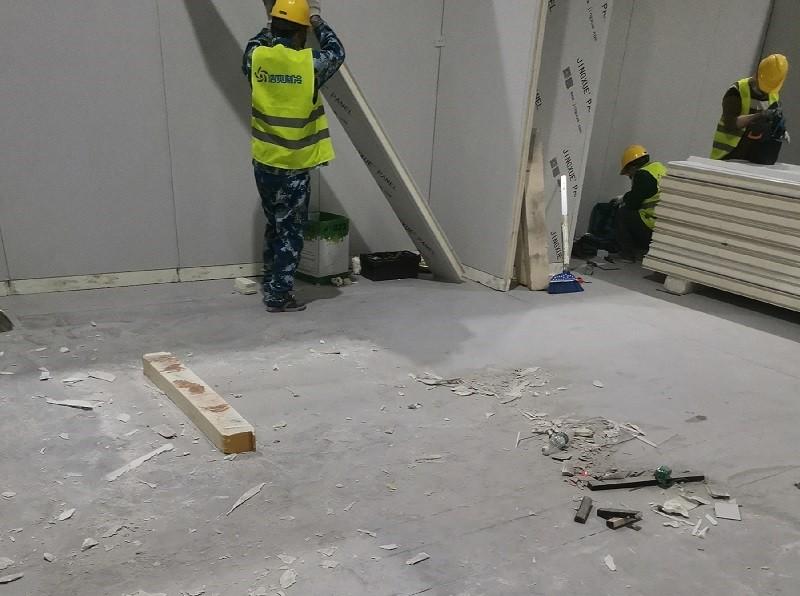 图为浩爽工人正在搭建库板
