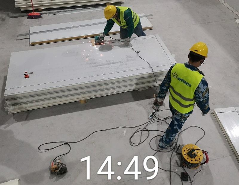 图为浩爽工人正在切割库板